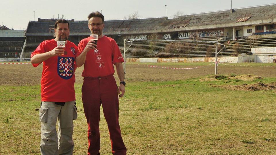 Des volontaires redonnent vie au mythique stade Za Luzankami