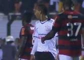 Gustavo tâte le ventre de Liedson lors de Flamengo/Corinthians
