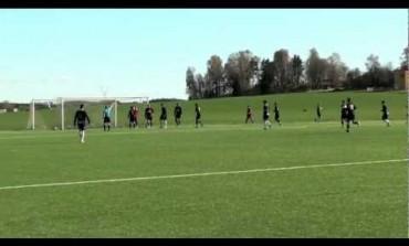 Suède : le gardien sort le ballon en backflip