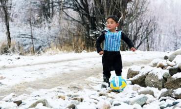 """Un enfant afghan émeut le web avec son """"maillot"""" floqué Messi"""