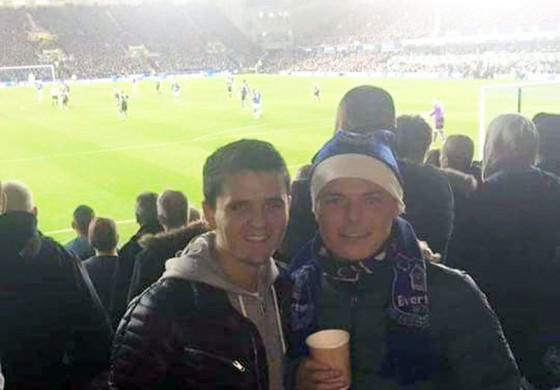 Un supporter de Liverpool a offert une place à un SDF... fan d'Everton