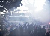 Les fans du Napoli accompagnent les joueurs à l'aéroport avant le choc contre la Juventus
