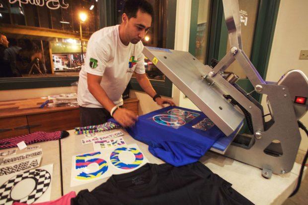 Une exposition mélange foot et surf à Hawaï