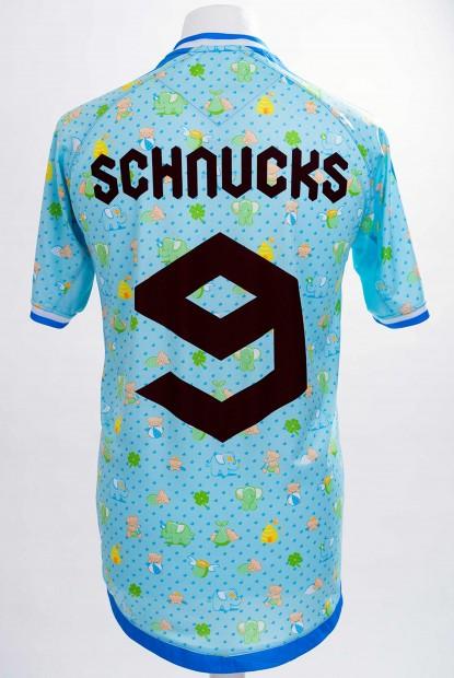 Ils dessinent un maillot de football original pour le départ d'un de leurs collègues
