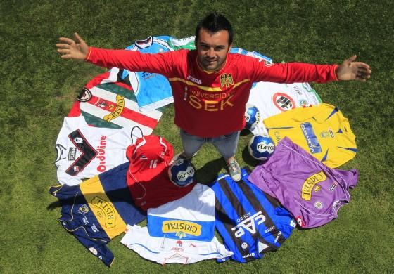 Il se tatoue les emblèmes des 16 clubs dans lesquels il a joué