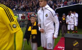 """L'AIK Solna remplace les enfants """"mascottes"""" par des personnes agées"""