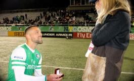 Aux USA, un joueur demande sa copine en mariage avec l'aide des supporters