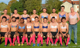 Des footballeurs en soutien-gorge pour lutter contre le cancer