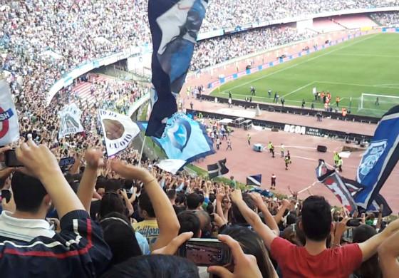 Les Ultras du Napoli laissent un enfant malade lancer un chant