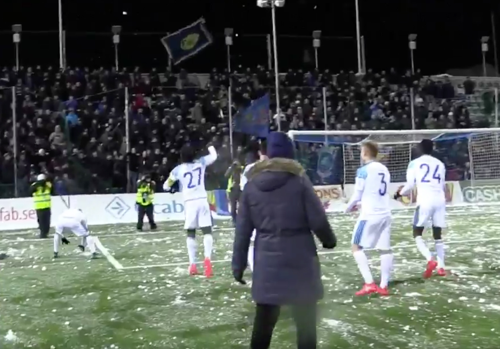 Les joueurs de Djugardens fêtent la fin du championnat avec une bataille de neige