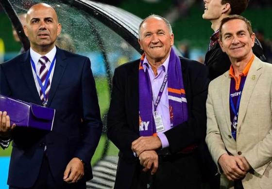 Le président de Perth Glory livre un maillot en personne