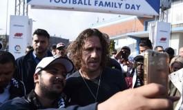 Carles Puyol a regardé le Clàsico avec des réfugiés en Grèce