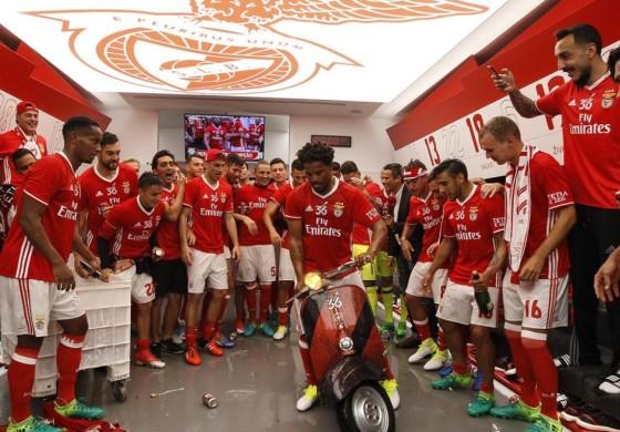 Les joueurs du Benfica fêtent le titre avec le scooter d'Eliseu