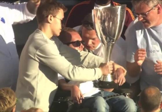 Les supporters de Copenhague donnent le trophée à un handicapé