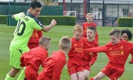 Quand les U9 de Liverpool affrontent deux footballeurs professionnels des Reds