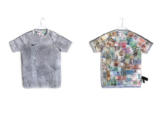 Un artiste double un maillot de véritables billets de banque