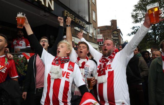 Les supporters de Cologne ont mis le feu à l'Emirates Stadium
