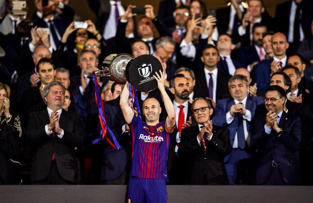 Tour d'Europe : Naples peut y croire, le Barça célèbre Iniesta