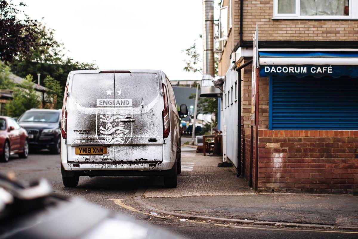 Deux artistes anglais immortalisent un match sur un van poussiéreux