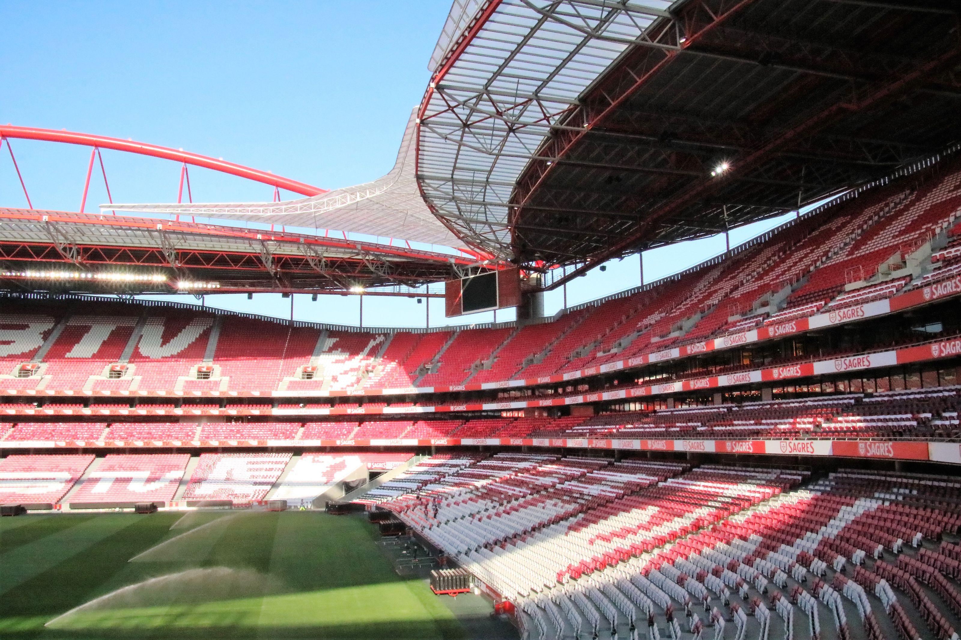 Stades vides et gabegie du foot business: enfin une solution?